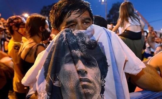 الأرجنتينيون يبكون أسطورة كرة القدم دييغو أرماندو مارادونا