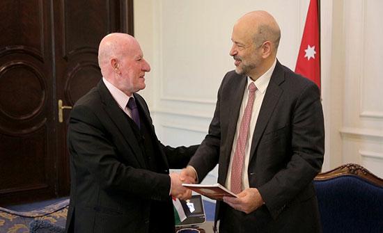 الرزاز يتسلم نسخة من تقرير اللجنة الوطنية للقانون الدولي الإنساني