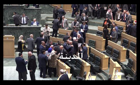 صورة : اوسعوا الحكومة شتما وفازت بالموازنة