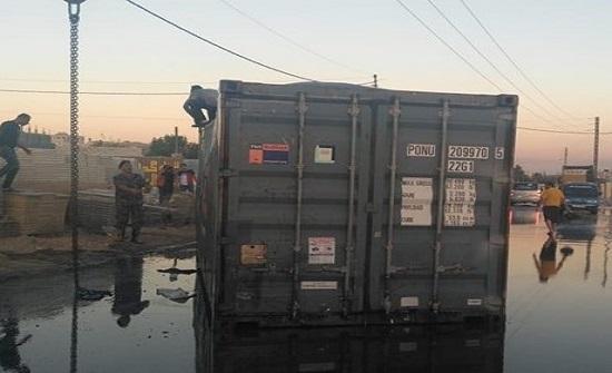اغلاق شارع في سحاب بعد تدهور شاحنة محملة بالزيوت