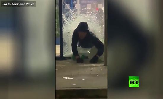 بالفيديو : لصان يسرقان خمورا بأكثر من 1000 دولار في بريطانيا