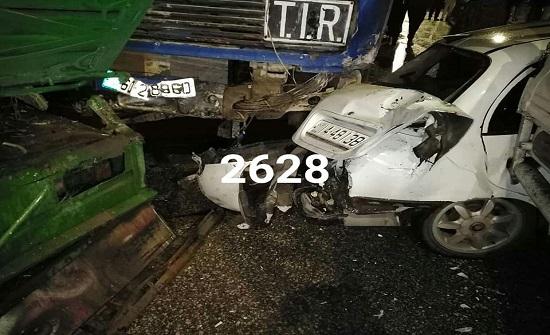"""بالصور : شاحنة """" صخور """" في إربد تتدهور و تصطدم بـ5 مركبات"""