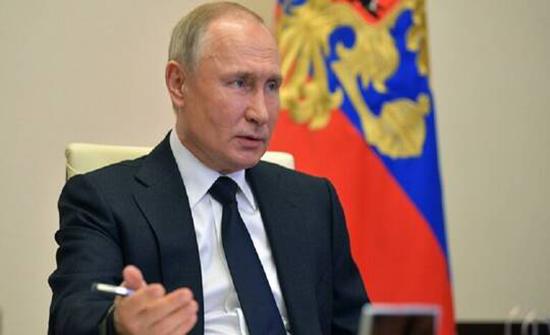 فيديو .. بوتين يقرأ القرآن في يوم الوحدة الوطنية