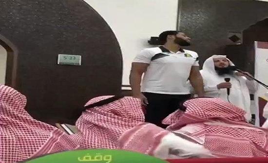 """شاهد: لاعب أمريكي في """"سلة الهلال"""" السعودية يشهر إسلامه وينطق الشهادتين"""