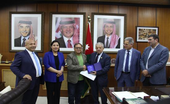 تكريم الفنان حدادين من اليرموك لفوزه بجائزة دولية في لبنان