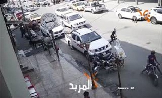 ماذا فعل شاب لحظة سرقة لصين دراجة نارية؟ (فيديو)