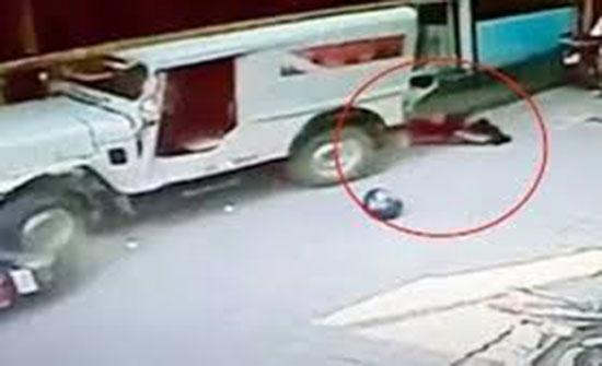 سيدة وابنتها تنجوان من حادث دهس بمعجزة (فيديو)