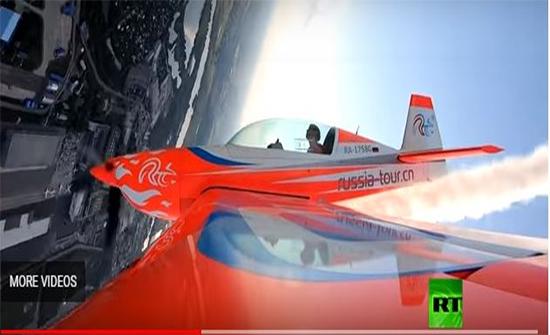 شاهد: لقطات مذهلة لمناورات بهلوانية من قمرة طيار بارع في موسكو