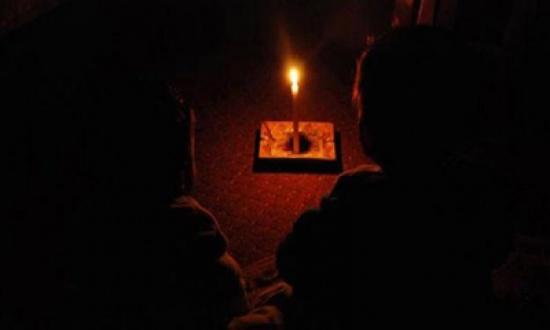 عودة التيار الكهربائي لوسط مدينة الطفيلة بعد انقطاع بسبب سقوط شجرة