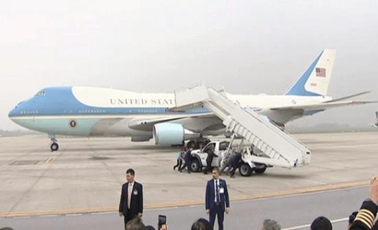 """اكتشاف """"أمر خطير"""" داخل طائرة الرئيس الأميركي الجديدة"""
