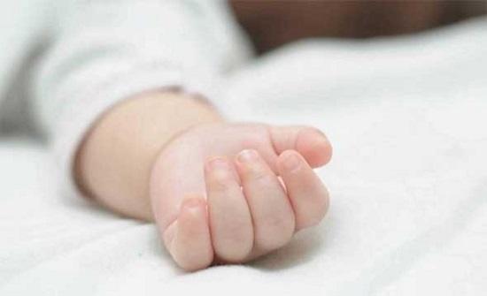 بالصور.. رجل يعذب طفلته الرضيعة ويحاول خنقها بالوسادة