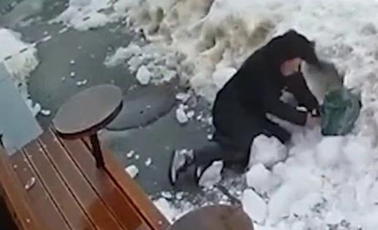 فيديو : قطعة جليد تسقط على رأس امرأة