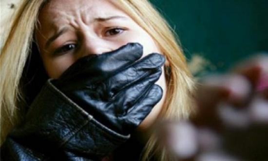 مصرية تهرب من زوجها لتقيم علاقة محرمة مع 3 شباب ثم تدعي إختطافها