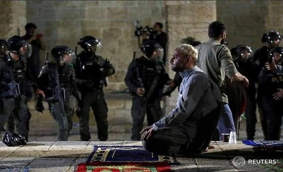 آلاف الفلسطينيين يصلون المسجد الأقصى لإحياء ليلة القدر رغم اجراءات الاحتلال