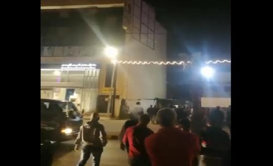 بالفيديو : 7 شبان في مادبا يهددون بالانتحار