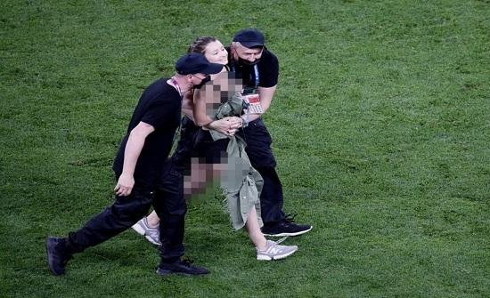 بالصور.. اقتحام فتاة لملعب مباراة بلجيكا وفنلندا للترويج لعملة رقمية