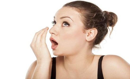 لهذه الأسباب تعانين من رائحة الفم الكريهة صباحا