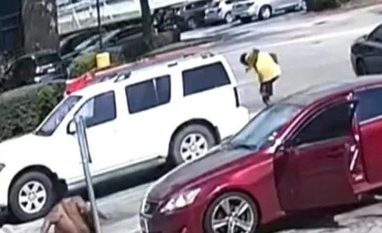 شاهد: ردة فعل رجل أمريكي تجاه 4 شباب سخروا من صديقته أثناء مرورهم بجانبها