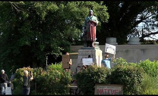 بالفيديو : محتجون أمريكيون يطيحون بتمثال كريستوفر كولومبوس ويغرقونه في بحيرة