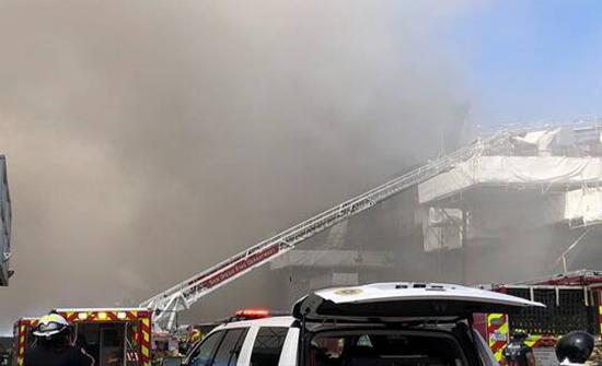 نشوب حريق كبير في سفينة تابعة للبحرية الأمريكية في سان دييغو (صور + فيديو)