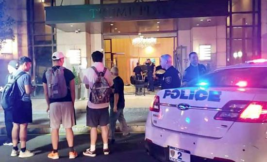 """إصابة ثلاثة أشخاص في اصطدام سيارة بمبنى """"ترامب بلازا"""" في نيويورك(صور)"""