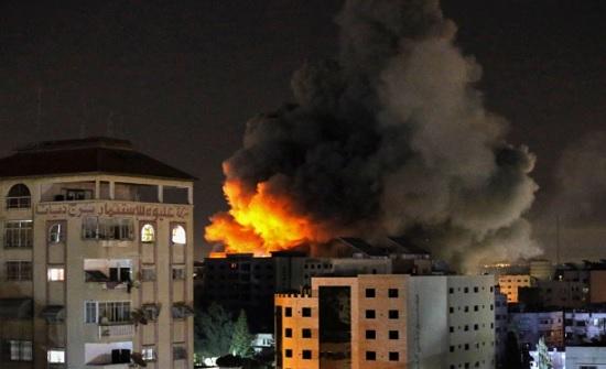 طائرات الاحتلال تقصف مجمع انصار غرب غزة