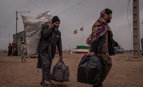 تقارير: إيران تلقي بـ50 مهاجراً أفغانياً بنهر.. وكابول تحقق