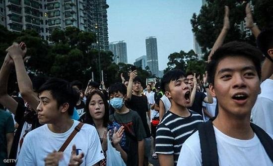 محتجو هونغ كونغ ينقلون رسالتهم إلى القنصلية الأميركية