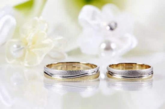 نجمة عربية شهيرة تبارك خطوبة زوجها وترفع دعوى عليه!