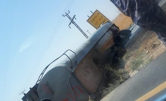 بالصور : انسكاب مادة نفط اثر حادث تصادم على الطريق الصحراوي