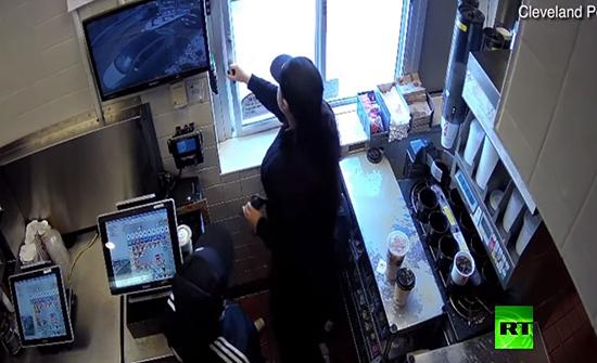 بالفيديو : كوب من القهوة يتسبب في جناية في امريكا