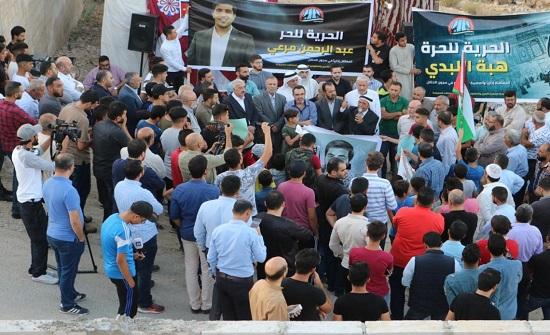 وقفة تضامنية مع الأسير مرعي أمام منزل ذويه بالزرقاء (صور)