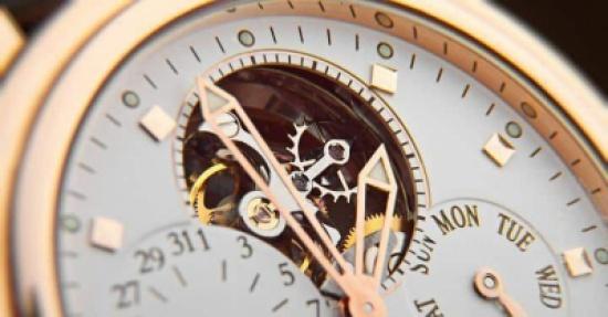 بالصور: أنحف ساعة ذاتية التعبئة في العالم بحوالي 27 ألف دولار