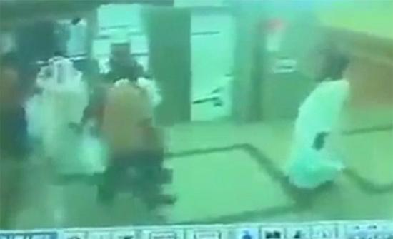بالفيديو: شجار عنيف داخل مستشفى بالسعودية