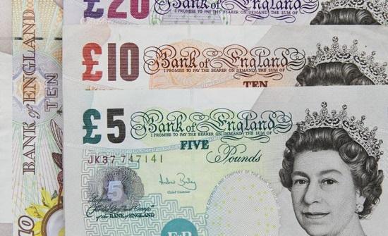 تراجع الاسترليني إلى أدنى مستوياته أمام الدولار خلال أكثر من شهر