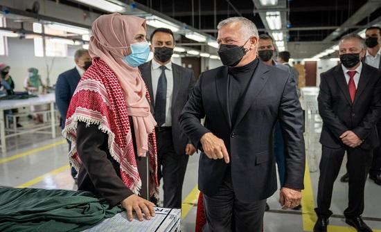 بالصور : الملك يزور مصنعا للألبسة في المزار الشمالي