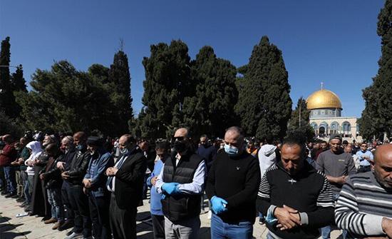 بالفيديو والصور : الآلاف يؤدون صلاة الجمعة في الأقصى لأول مرة منذ شهر