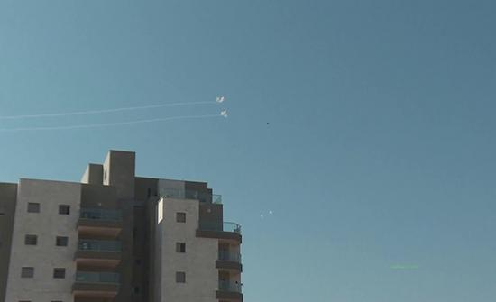 بالفيديو : لحظة اعتراض القبة الحديدية لصواريخ من غزة