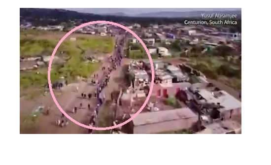 بالفيديو..طابور من عدة كيلو مترات من اجل الطعام في جنوب أفريقيا