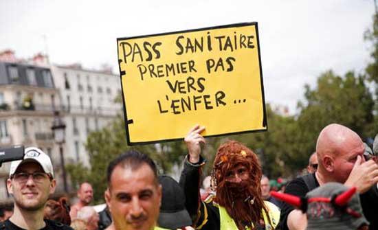"""احتجاجات في فرنسا تنديدا بتوسيع تطبيق """"الشهادة الصحية"""" .. بالفيديو"""