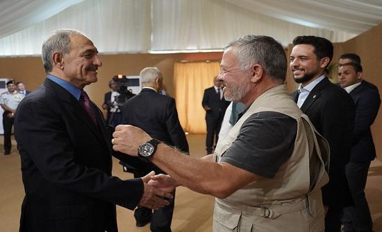بالصور : الملك يلتقي وجهاء وممثلي أبناء وبنات عجلون