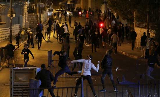 ازالة الحواجز من ساحة باب العامود في القدس واحتشاد الآلاف في الأقصى .. بالفيديو