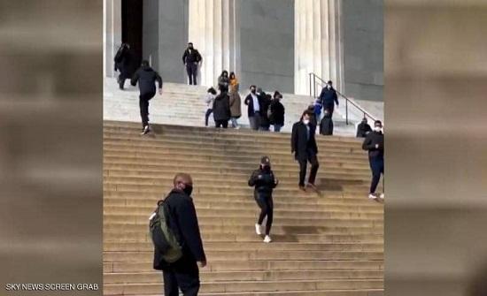 فيديو.. كامالا هاريس تجري بين زوار نصب لينكولن