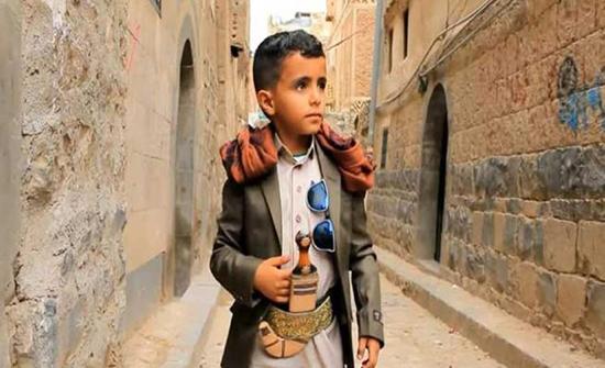 """فيديو : ملحن لبناني شهير يتبنى الطفل اليمني """"بائع الماء"""" وينتج له أغنية"""