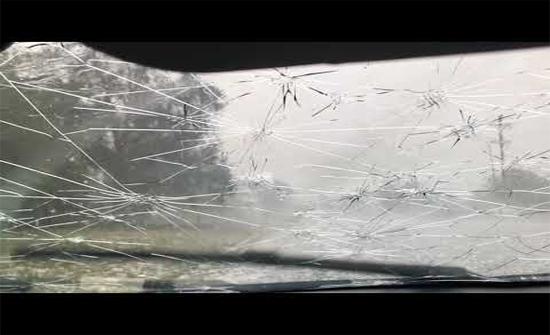 شاهد : حبات برد تحطم زجاج سيارة بأستراليا