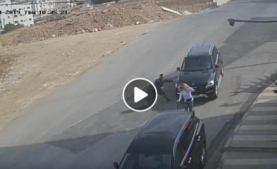 """بالفيديو : فتاة  """" تنحشر """"  بين مركبتين بعد دهسها في دير غبار"""