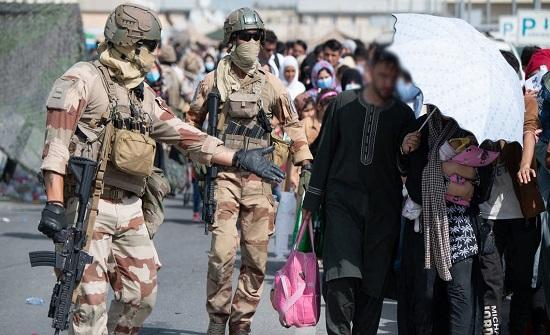 بسبب تهديدات.. أميركا تطالب الحشود بالابتعاد فوراً عن مطار كابل