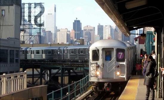 طفلة تنجو بمعجزة من أسفل عجلات القطار بعدما حاول والدها قتلها(فيديو)