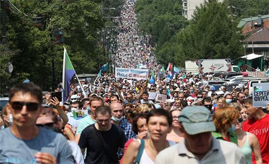 بالفيديو : المحتجون طالبوا باستقالته.. مظاهرات ضخمة شرقي روسيا تتحدى سلطة بوتين