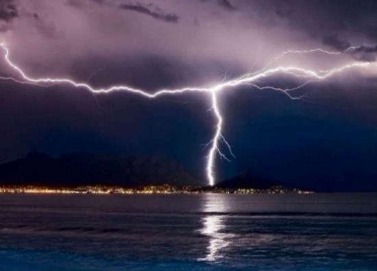 تحذيرات هامة للمواطنين عند حدوث الرعد والبرق- منها تجنب الهاتف